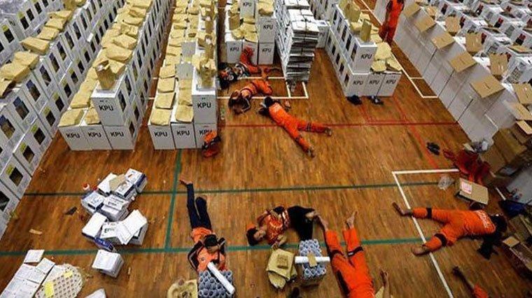 Endonezya'da sandık görevlileri faciası devam ediyor