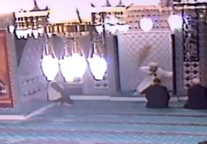 Çılgın kedi camiyi birbirine kattı