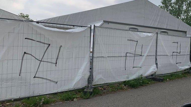Nazi temsilcileri ramazan için kurulan çadırlara ırkçı semboller çizdi