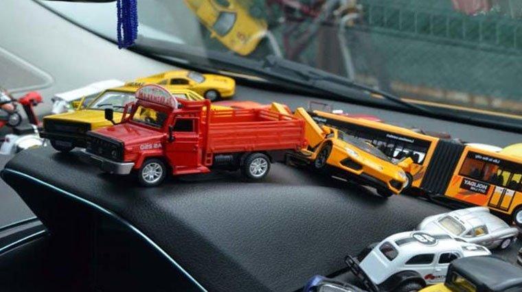 Oyuncak ve maket araçları ticari takside sergiliyor